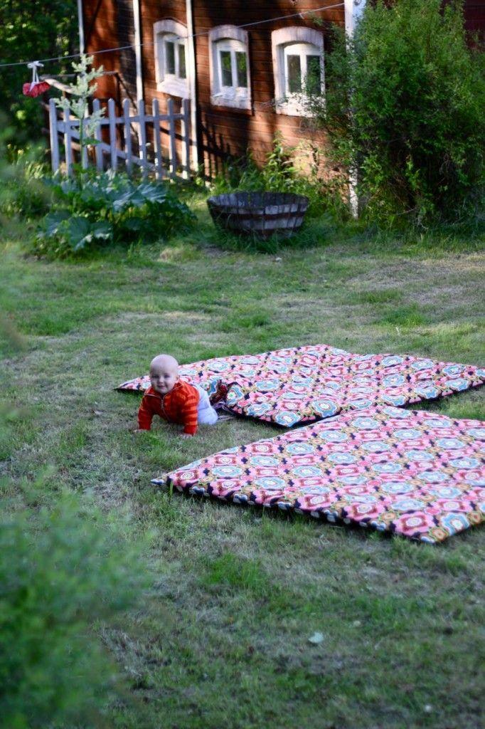 tuinkleed DIY  http://dosfamily.com/2010/06/diy-garden-blanket/