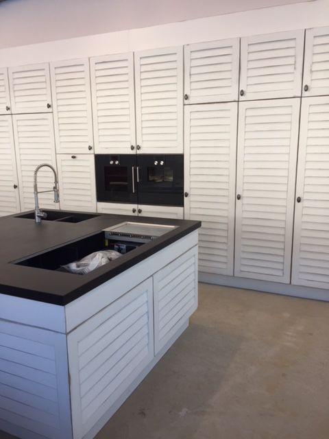 Küche auf maß lamellen front und korpus aus eiche naturstein arbeitsplatte