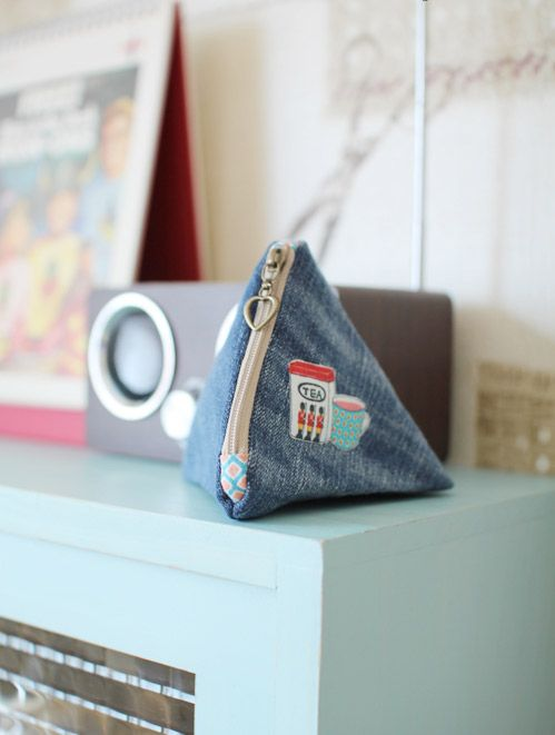 Make an easy denim triangle pouch. DIY tutorial in pictures.  Как сшить сумочку-треугольник. МК.