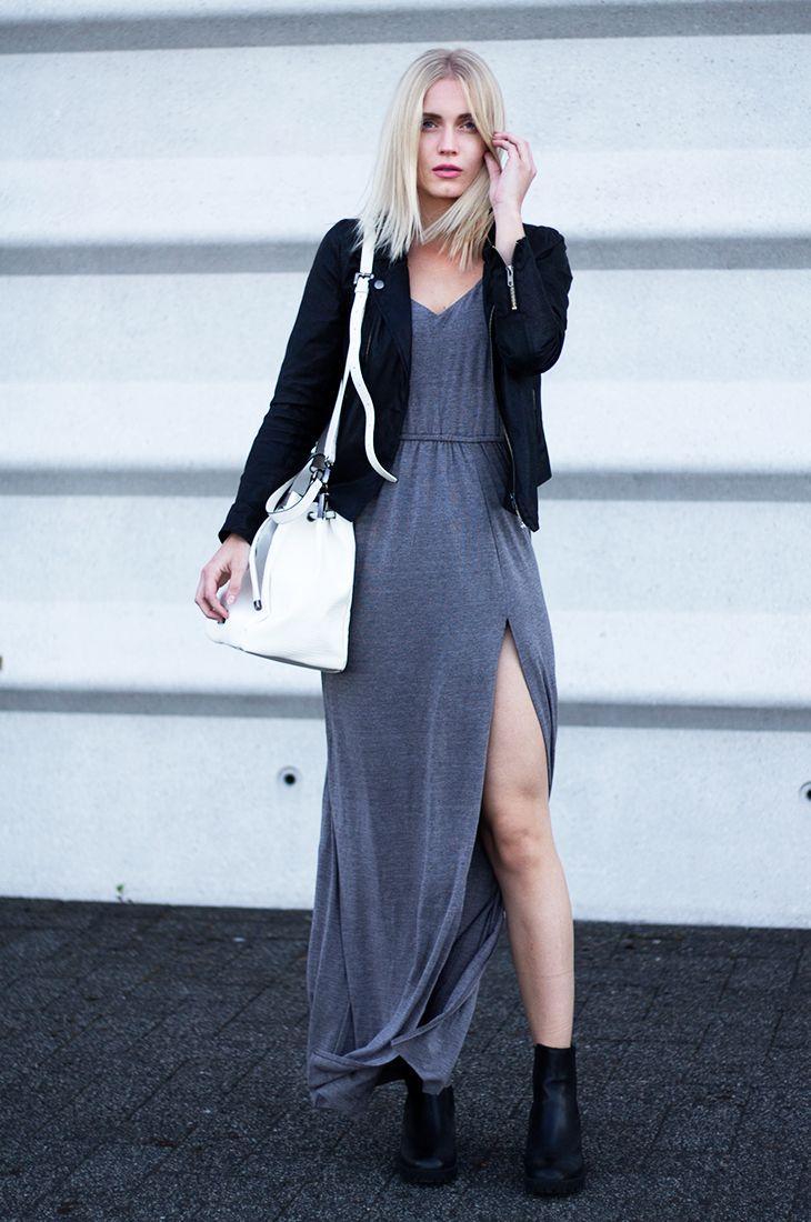 Anita combineert haar zwarte Invito enkellaarsjes met een grijze maxi dress! <3
