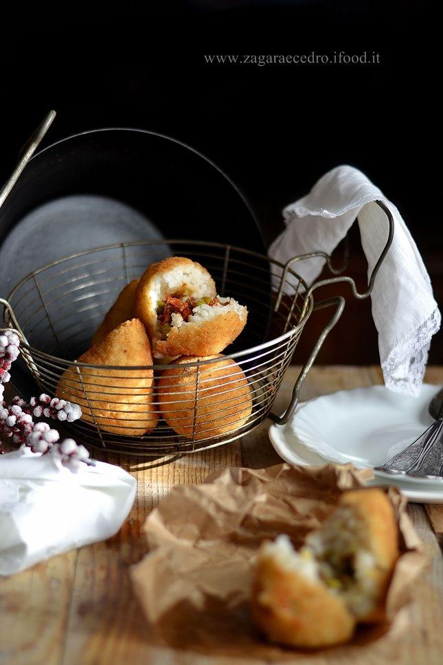 Arancini e arancine http://www.zagaraecedro.ifood.it/2015/12/arancini-e-maschio-e-femmina-per-tutti-i-gusti.html