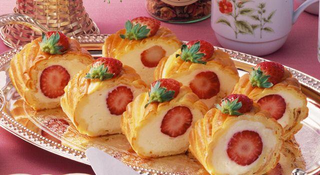 いちごのシューロールケーキ レシピ | ボブとアンジー