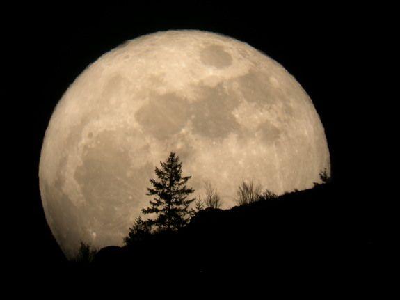 Google Image Result for http://i.space.com/images/i/8743/i02/super-moon-2011-tim-mccord-entiat-wash.JPG