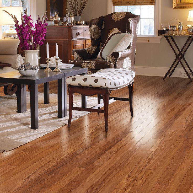 Les planchers flottants stratifiés sont très résistants et peuvent très bien reproduire l'aspect du vrai bois pour un décor chaleureux et élégant.