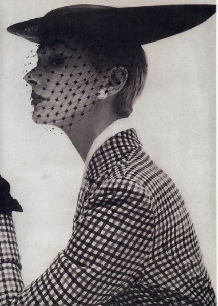 Lisa Fonssagrives, in a Lilly Dache hat.    photographed by Irving Penn in 1950    Gorgeous hat and suit….classically chic.
