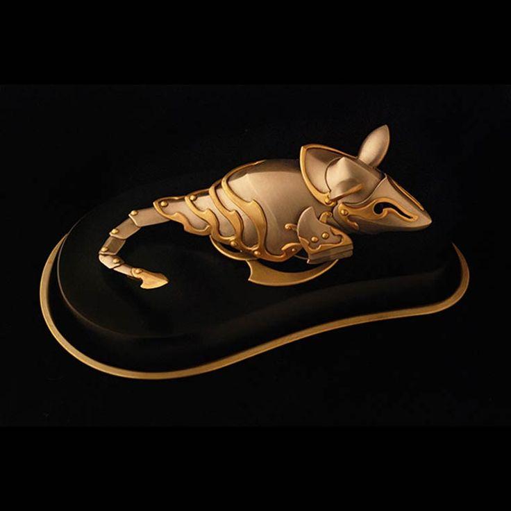 Le projet Cats and Mice de l'artiste canadien Jeff de Boer, basé à Calgary, qui transpose la guerre ancestrale entre les chats et les souris à notre propre histoire, créant de véritables armures de guerre métalliques pour les chats et les souris, inspirées par les chevaliers du Moyen Âge, les samouraïs japonais de l'ère Edo ou encore les Gladiateurs de la Rome antique et les armures des guerriers Perses.