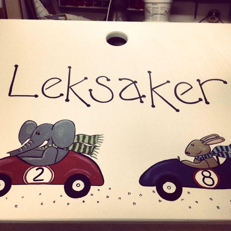 Leklåda med elefant och hare i rallybil