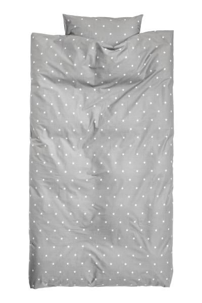 Single duvet cover set with an all-over star print on fine-threaded cotton in 30s yarn with a thread count of 144. One pillowcase.