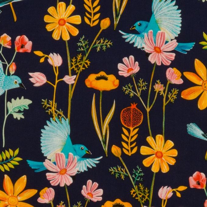 100% bio katoen - 110 cm breed - Medium weight  Kleurrijk bedrukte ecologische katoen. Ideaal voor zowel kleding, mode- of interieur accessoires. Eén van Georgette haar favoriete stoffen! Deze print van vogels en bloemen op een donker blauwe achtergrond is 'the new black'!