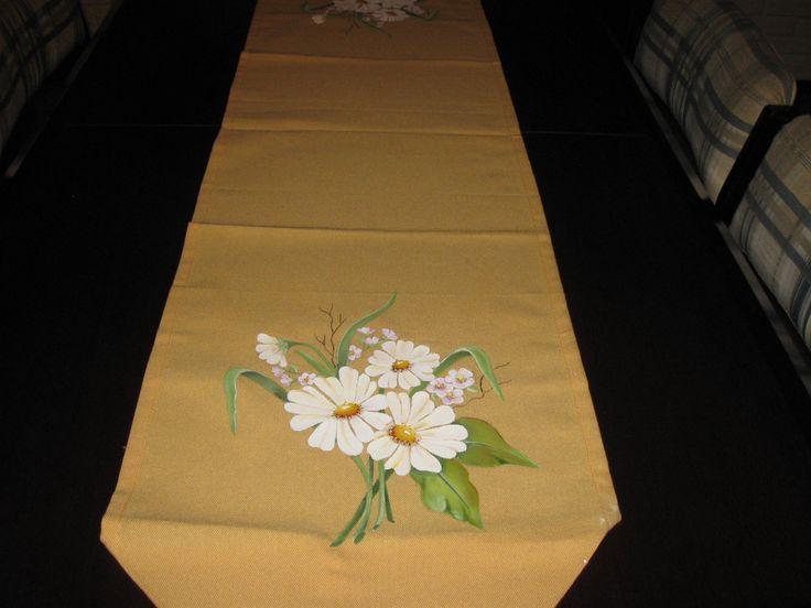 Camino de mesa con margaritas pintado a mano pintura for Manteles individuales de tela