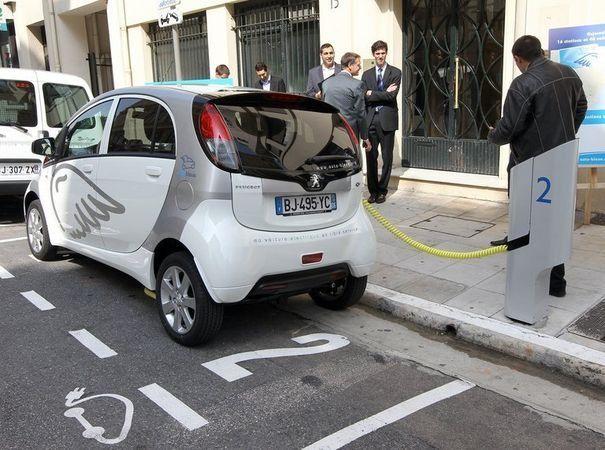 Des personnes regardent une voiture électrique le 9 avril 2011 à Nice lors du lancement du libre service des voitures électriques baptisé Auto Bleue - afp.com/Valery Hache