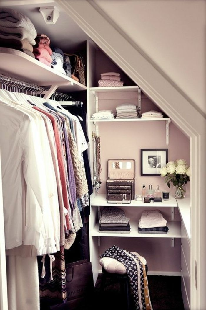 Le dressing sous combles utilise les étagères ouvertes pour ne pas surcharger visuellement l'espace et permettre une grande modularité à un coût maîtrisé.