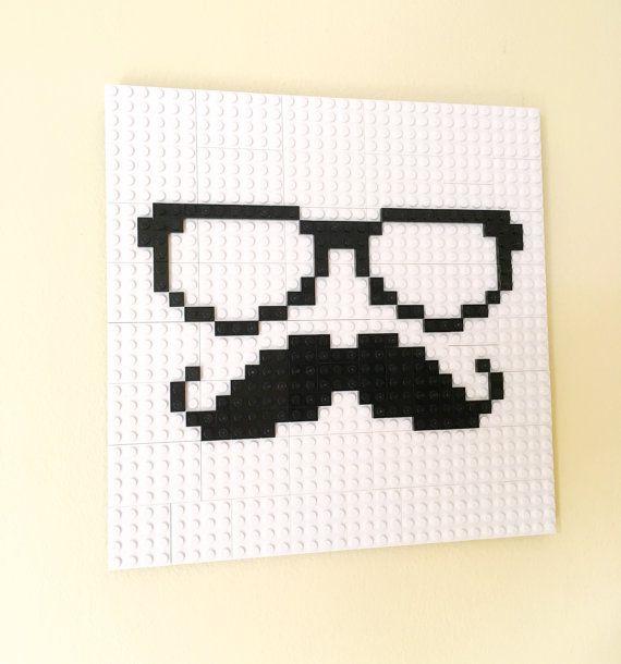 Decorare il tuo uomo delle caverne, sala giochi, camera da letto, soggiorno, ecc con questa arte unica di Hipster LEGO®! Vetri bordati spessi e un favoloso paio di baffi definire lo stile di vita Hipster dapper, raffinato. Scopri i nostri altri Hipster LEGO® Wall art per una straordinaria barba Hipster =) sarebbe un grande dono per lHipster, Techie, Geek o Nerd nella vostra vita.  Utilizziamo solo originali, nuovi pezzi di LEGO® nella nostra opera darte. Questo disegno è fatto con uno sfondo…
