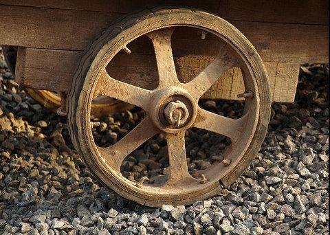 Roata este o componenta circulara realizata pentru a se invarti in jurul propriei sale axe. Ansamblul mecanic format din roata si ax permit deplasarea obiectelor grele in timp ce sustin greutatea acestora ...