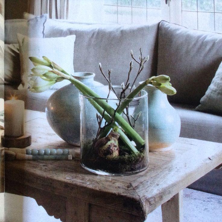 Stoere vaas met stoere bloemen in een landelijk interieur. Wonen landelijke stijl