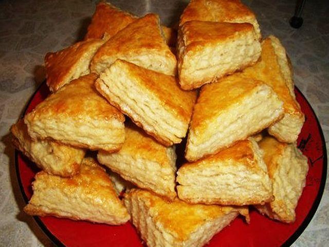 Печенье на кефире — просто супер рецепт на каждый день! Выпечка для детей и взрослых.Ингредиенты:-мука 500 г-сахар 0.5-0.75 стакана-кефир 2 стакана-масло растительное 2 ст. ложки-сода погашенная лимонной кислотой 1 ч. ложка-сахар для посыпки по вкусу-или корица молотая по вкусуПриготовление:Кефир взбить с растительным маслом и сахаром до консистенции крема. Добавить соду гашеную, муку и замесить тесто.Раскатать …