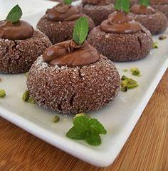 Elmas kurabiye... Çayın veya kahvenin yanında yenilebilecek harika bir kurabiye tarifi.... http://www.hurriyetaile.com/yemek-tarifleri/anne-sef/selma-mollaoglu/elmas-kurabiye_65.html