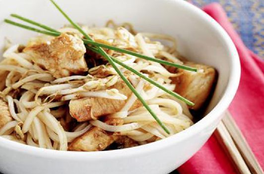 Even geen Belgische kost vanavond op tafel, maar wel lekker Oosterse Pad Thaï! Dat zijn gebakken noedels met sojascheuten en kip. Lekker pittig!