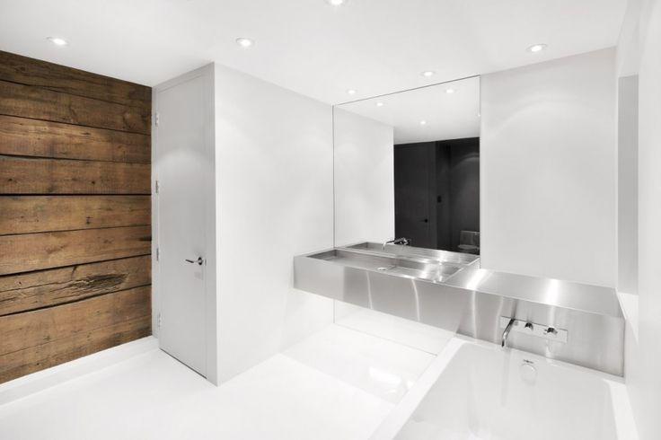 reforma baño moderno, encimera acero inoxidable con lavabo integrado, pared madera reutilizada, suelo resina epoxi. presupuestON.com