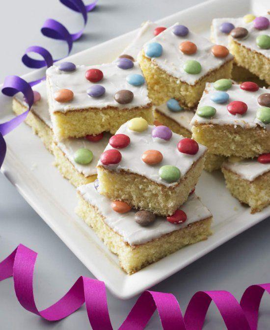 Fantakuchen ist der beste Beweis dafür, dass der Geschmack eines Kuchens nichts mit dem Aufwand zu tun hat. Denn Fantakuchen ist schnell gemacht und schmeckt unglaublich gut! Zutaten für Fantakuchen vom Blech:  Für den Teig:  300 Gramm Zucker1 Päckchen Vanillezucker1 Päckchen Backpulver175 Milliliter Orangenlimonade (z.B. Fanta)