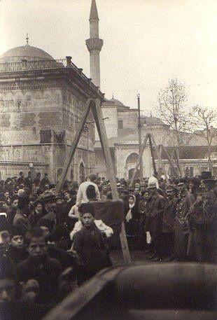 İşgal yıllarında Tophane'de kurulan idam sehpaları. UNUTMAYIN O DARAGACLARINI KURANLARIN İŞBİRLİKÇİLERİ HALA ARAMIZDA. .