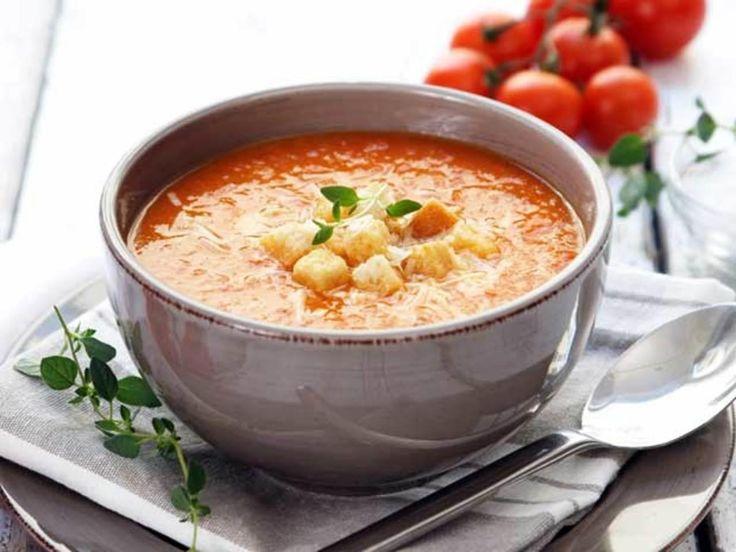 """Dette er en riktig god og enkel tomatsuppe med litt sting i smaken. Parmesan og brødkrutonger på toppen gir suppen """"det lille ekstra"""". Kilde: Opplysningskontoret for frukt og grønt. Foto: Opplysningskontoret for frukt og grønt/Synøve Dreyer"""
