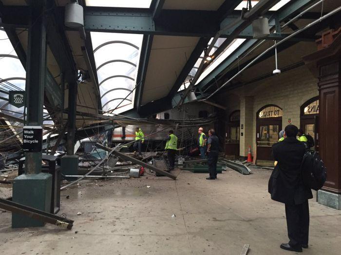 #интересное  В Нью-Джерси поезд сошел с рельс и врезался в здание вокзала (9 фото)   Сегодня утром, 29 сентября, в городе Хобокен, штат Нью-Джерси, США, сошел с рельс пригородный пассажирский поезд. Инцидент произошел в утренний час-пик, когда на станции было особенн�