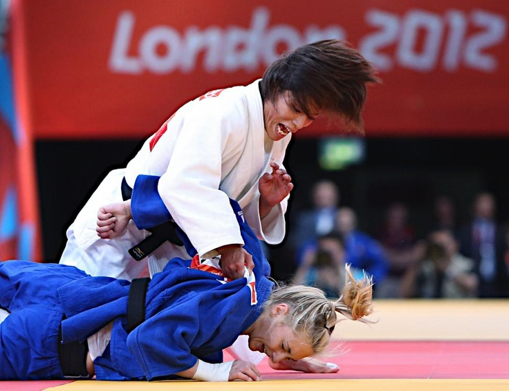 五輪・柔道 女子57キロ級の準決勝で攻める松本薫