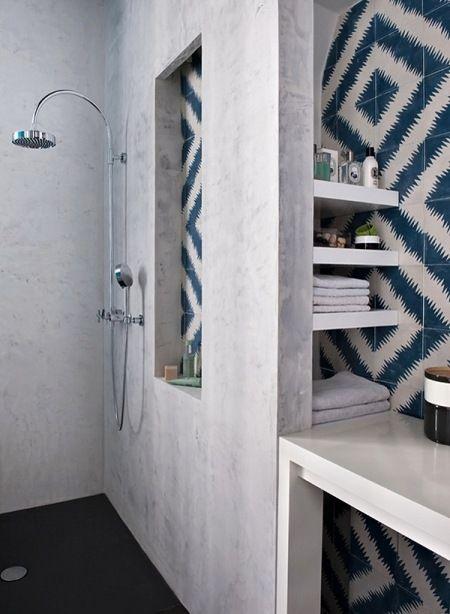 grafitowa żywiczna posadzka,stiukowe ściany i geometryczna biało-niebieska glazura w łazience - Lovingit.pl
