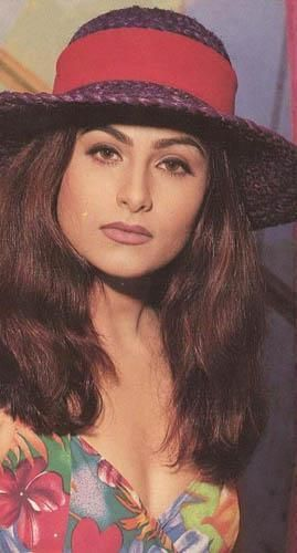 Ayesha Jhulka was one of the most promising actresses of the 90s. She was quite popular after starring in hits like Khiladi and Jo Jeeta Wohi Sikandar.