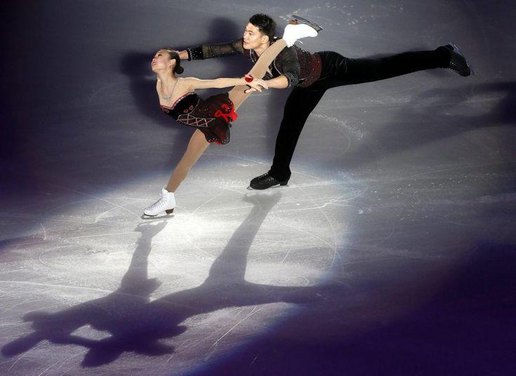 Luci e ombre sul ghiaccio del Grand Prix di pattinaggio figurato di Pechino. Le coppie di sportivi si sono esibiti in una serata di gala dando vita a uno spettacolare gioco di riflessi