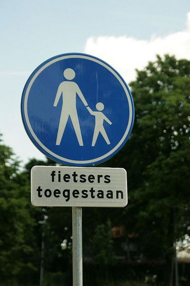 This sign shows that you are entering a pedestrian zone, but the sign with 'Fietsen Toegestaan' underneath means that cycling is allowed.