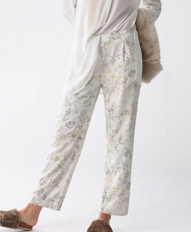 Hinduskie spodnie - Zobacz wszystko - Modowe trendy AW 2016 dla kobiet na stronie Oysho: bielizna, odzież sportowa, motywy etniczne i cygańskie, buty, dodatki, akcesoria i stroje kąpielowe.