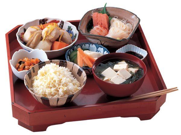 Le bol alimentaire japonais est basé sur la formule, pratiquement à valeur d'adage de la frugalité, ichi ju san sai, c'est-à-dire trois plats d'accompagnement pris avec une soupe de misoet la céréale de base qu'est le riz cuit à l'eau. Les trois plats d'accompagnement consistent eux-mêmes en un plat principal et deux secondaires. Mise au point par la classe militaire de la période Muromachi