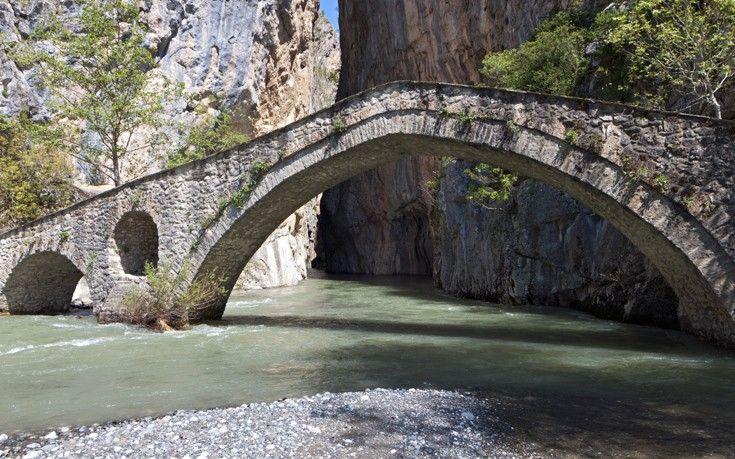 Το γεφύρι της Πορτίτσας στα Γρεβενά είναι σε ένα εκπληκτικής φυσικής ομορφιάς σημείο. Μαζί με το ομώνυμο φαράγγι είναι άρρηκτα συνδεδεμένο με την ιστορία της περιοχής εδώ και πάρα πολλά χρόνια. Πρόκειται για ένα δίτοξο γεφύρι με μια μεγάλη καμάρα νότια και με μια μικρή βόρεια. Το συνολικό του μήκος είναι 34 μέτρα και το πλάτος του 2,70 μέτρα ενώ το ύψος του φτάνει τα 7,80 μέτρα.