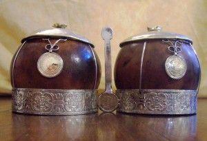 Yerbera-Azucarera. Hecha con 2 calabazas, flejes en alpaca, detalles en bronce y unidas por el mango de un tenedor de alpaca.