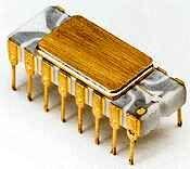 Em 1964, os circuitos integrados feitos de cilício permitiram o miniaturização de componentes eletrônicos. Isso tornou possível reduzir o tamanho e o preço dos computadores. Teve também consequentemente a melhoria de seu desempenho, conseqüentemente de seu poder e também de sua confiabilidade.O INTEL 4004 desenvolvido em 1971, foi o primeiro microprocessador, era o primeiro circuito integrado que incorpora todos os elementos de um computador em somente um caso: unidade calculadora, memória…