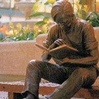 """El foto es de una estatua de un niño leyendo el cuento """"Nos Han Dado la Tierra"""" de el libro de cuentos """"El Llano en Llamas"""" por Juan Rulfo. Hay 8 de estos estatuas en los Estados Unidos y México. El foto es de un sitio que es parte del gobierno y por esto razón es válido."""