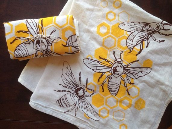 Honingbijen op een theedoek. Hand illustrated honeybees buzz atop geometric honeycombs in this naturally sweet, entirely original design. Our flour sack tea towels are the