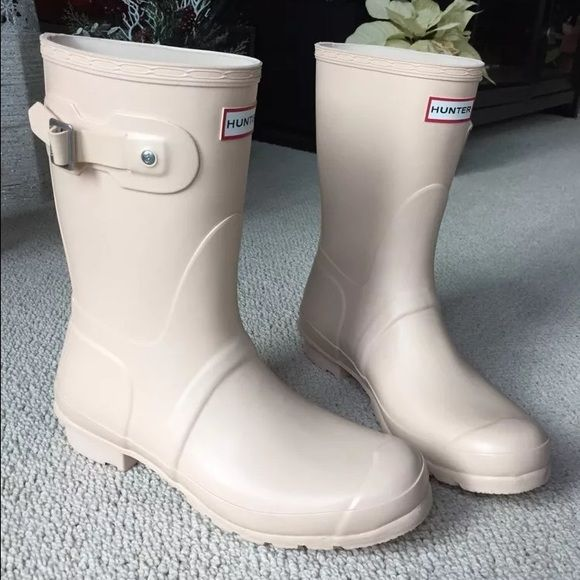 Hunter Wellington short rain boots SZ 10 NIB cream Brand new with box Hunter Wellington Wellies rain boots. Short style. Size 10 women's. This is an off-white cream color. Super cute! Hunter Boots Shoes Winter & Rain Boots