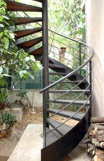 Escalier hélicoïdal extérieur en acier par Escaliers Décors®.