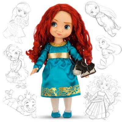 """Die Disney-Künstler haben sich die feurige Heldin aus """"Merida - Legende der Highlands"""" als kleines Mädchen vorgestellt. Diese """"Merida""""-Puppe hat lockiges rotes Haar, ein türkisfarbenes Kleid und trägt ein kleines """"Angus""""-Spielzeug."""