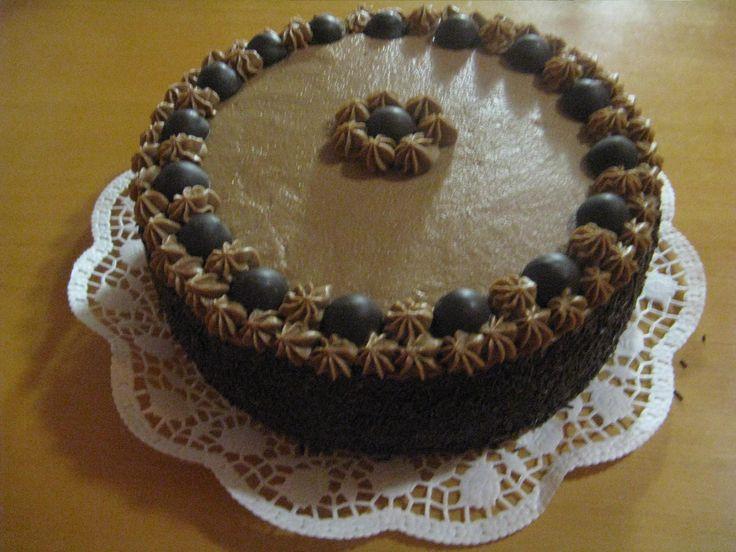 Čokoládový dort s pralinkami.