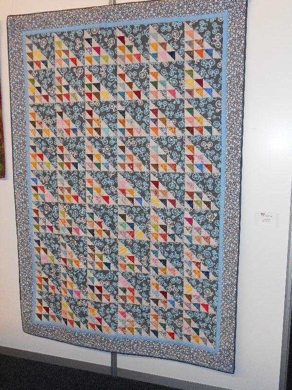 Quilt pro cyklistu, je tvořený blokem Birds in the Air, přejmenovala jsem to na jedoucí cyklisty.
