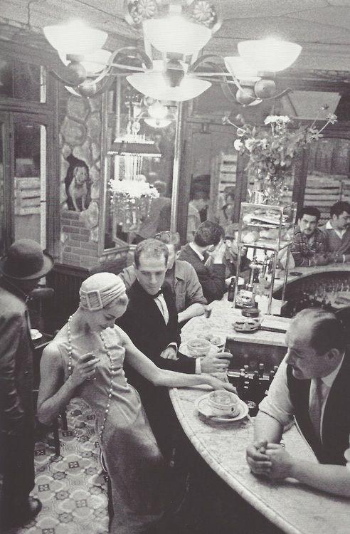 Mon restaurant préféré des Halles - qui existe toujours ! Frank Horvat: Les Halles, au bar du Chien qui fume, Paris, 1957