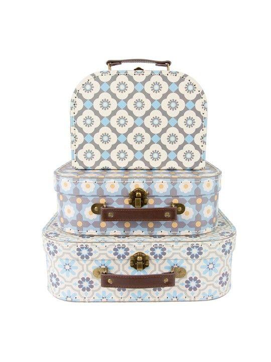 Set 3 valigie mosaico mediterraneo.  Originali valigette con motivi che ricordano i motivi decorativi mediterranei.  Misure: 9.5 x 29 x 20 cm.  Materiale: cartone rigido, cuoio, metallo. #valigie #wedding #weddingideas #weddingday #matrimonio #original