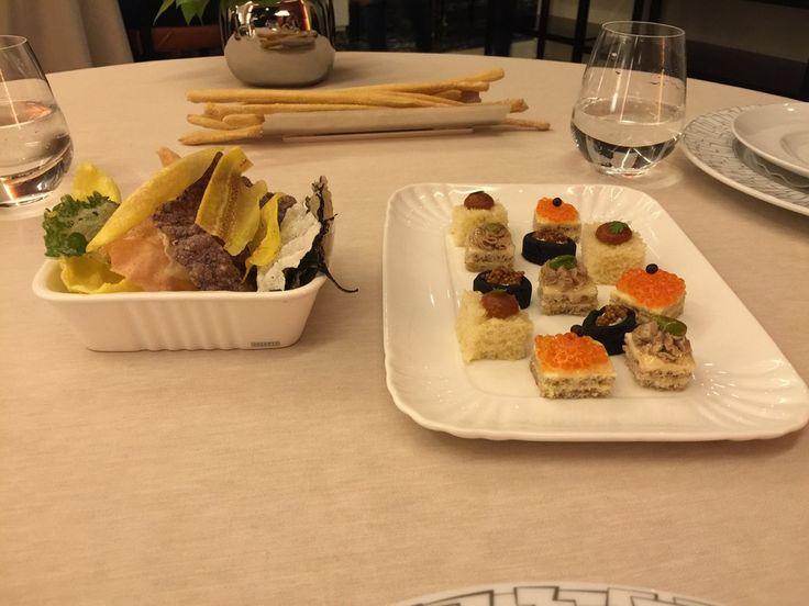 Prima delle portate principali vengono proposti tre antipasti dello chef - In questa foto, delle sfoglie di riso fritte e degli Amuse Bouche