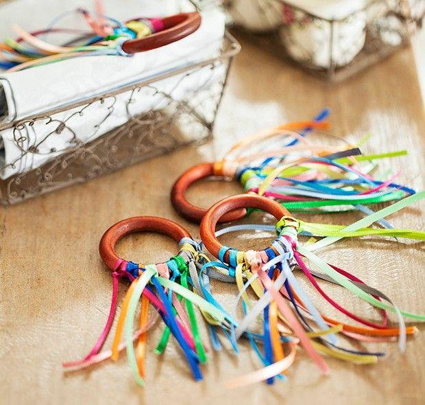 Argolas de cortina e fitas de cetim coloridas: combinação simples para criar um anel de guardanapo megadivertido