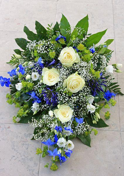 Sorgbukett 130531  Blå riddarsporrar (delphinium), vita rosor och lisianthus, stjärngrös, buplerum och grönt. Nr 7B