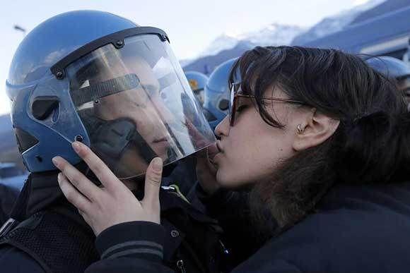 Un bacio No Tav......http://www.mondoallarovescia.com/un-bacio-no-tav/